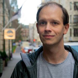 Peter Sunde Kolmisoppi på Georgsgatan utanför G18.