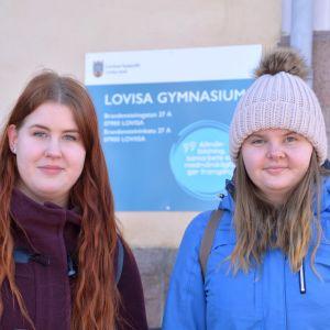 Gymnasieeleverna Alina Fredriksson och Sara Kuurberg