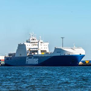 Finnlines fraktfartyg i Hangö hamn