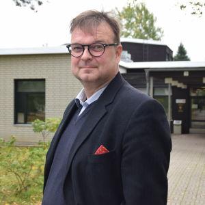 Henrik Grönroos är rektor för Västra Nylands folkhögskola i Karis.