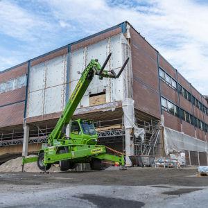 Jyväskylän Yliopiston kirjasto etuosa. Taloa Remontoidaan.