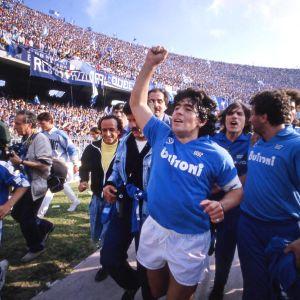 Diego Maradona firar Napolis Serie A-titel år 1987.