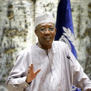Tchads president håller tal.