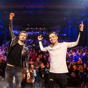 Darude ja Sebastian Rejman yleisön edessä Logomon lavalla UMK19 showssa