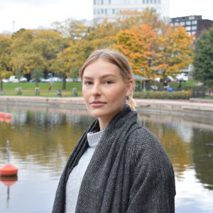 Petra Söderlund står framför vattnet i Hagnäs i Helsingfors.