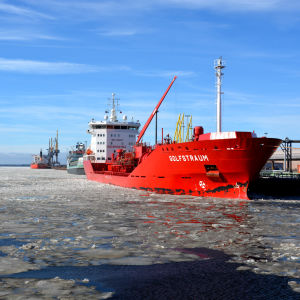 Fartyg vid kajen i Karleby hamn, djuphamnen