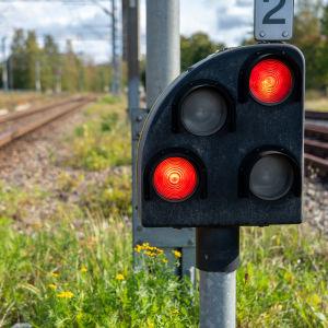 Punaiset valot rautatiellä.