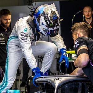 Valtteri Bottas kliver på sin bil.