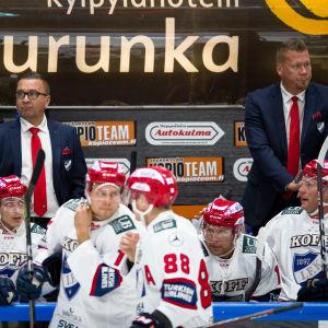 Ari-Pekka Selin och Jarno Pikkarainen på HFK:s bänk