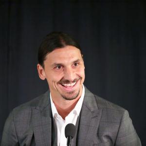 Zlatan Ibrahimovic skrattar bakom en mikrofon.