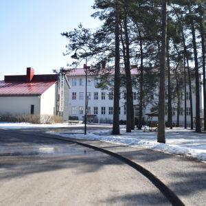 En byggnad där både Källhagens skola och Virkby gymnasium finns i Virkby.