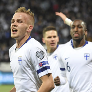 Jasse Tuominen firar mål med lagkamrater bakom sig.