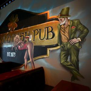 Väggmålning på The Old irish Pub i vasa med kåt leprechaun.