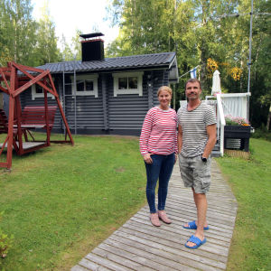 Marika Pajunen ja Kimmo Himanen kesämökillään Juvalla.