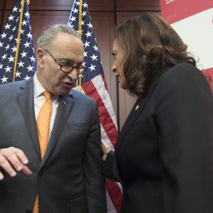 Chuck Schumer och Kamala Harris som samtalar i senaten