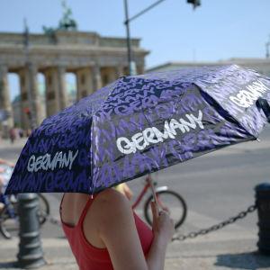 Nainen kesäisenä päivänä Berliinissä, Saksassa.