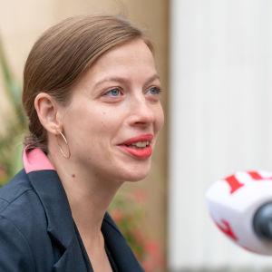 Opetusministeri Li Andersson antaa haastattelua mennessään budjettiriiheen.