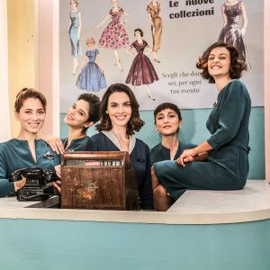 Milanon naisten paratiisi -sarjan päähenkilöitä ryhmäkuvassa