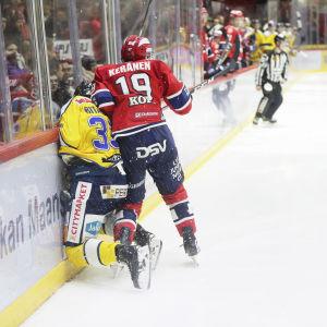 Juho Keränen tacklar Janne Ritamäki.