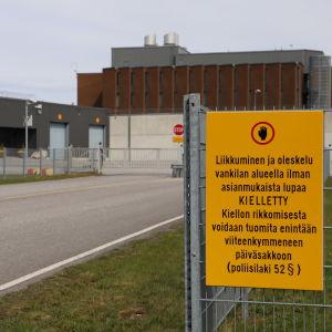 Bild från porten till Åbo fängelse med en gul skylt till vänster där det står att obehöriga inte har tillträde.