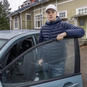 Petteri Veijonen ja hänen vuokraamansa yhteiskäyttöoauto.
