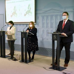 Hälsotjänstemän och en minister vid presskonferens.