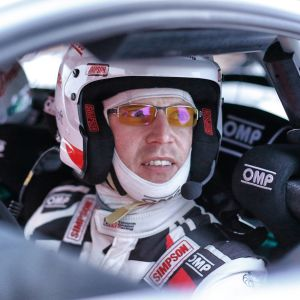 Jari-Matti Latvala sitter i en rallybil.
