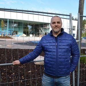 Niklas Läckström framför Vårberga bildningscentrum.