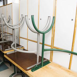 Pulpetteja oli kasattu käytävälle Kulosaaren yhteiskoulussa helmikuussa.