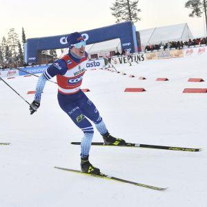 Iivo Niskanen åker före Emil Iversen.