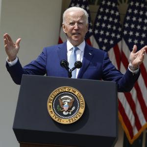 Joe Biden till höger och vicepresident Kamala Harris till vänster.
