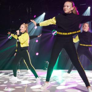 Alva på finaldagen med dansare i bakgrunden.