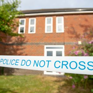 Det hus där paret hittades i Amesbury tillhör de platser som nu avspärrats av polisen.