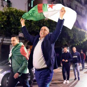 Algerier firar nyheten om president Abdelaziz Bouteflikas avgång.