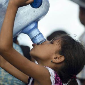 Barn i Venezuela dricker vatten 31.5.2019.