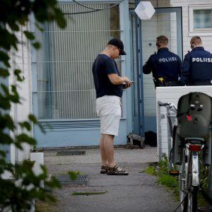 Poliser vid husingång.