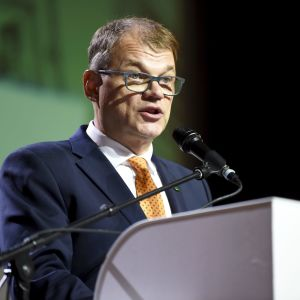 Juha Sipilä håller tal under partimötet i Kouvola.