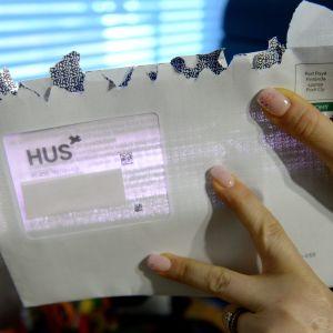 Patientbrev som HUS skickat. I adressfältet som är genomskinligt går det att läsa en del av brevet, men på bilden är det här döljt med en vit lapp.