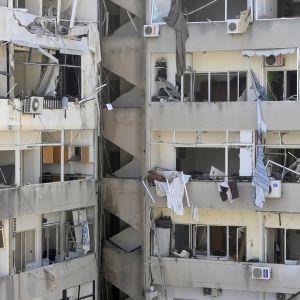 Beirutilaisten asuntojen ikkunoita rikkoutui laajalla alueella.