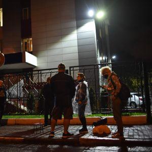Kolleger och anhöriga till gripna journalister samlas för att protestera framför en myndighetsbyggnad i Minsk 27.8.2020
