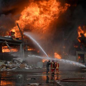 Branden började i ett lager med bildäck i det avstängda, skattefria området i hamnen.