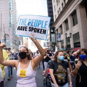 Joe Bidenin kannattajat juhlivat kaduilla Philadelphiassa.
