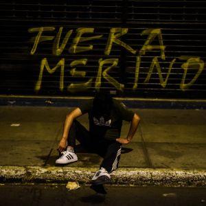 """""""Ut med Merino"""" står det på en vägg i Lima. protest mot Perus interimpresident Manuel Merino."""
