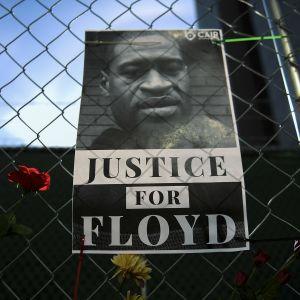 George Floydin kuolemasta syytetyn poliisi Derek Chauvinin oikeudenkäynti alkoi Minneapolisissa tällä viikolla. Mielenosoittajat asettivat kukkia ja ripustivat julisteita aitaan, joka ympäröi oikeustaloa.