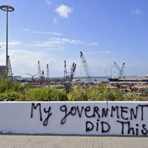 """""""Min regering gjorde detta"""" har någon skrivit på en mur vid hamnen i Beirut, som förstördes i en enorm explosion i augusti i fjol."""