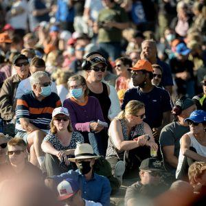 Yleisöä Kaivopuiston lentonäytöksessä 6. elokuuta 2021.