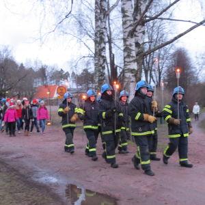 Skolelever utklädda till tomtar firar julfest i Karis. Billnäs FBK ledde paraden.