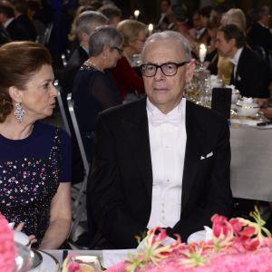 Ekonomipristagarens fru Nathalie Tirol och litteraturpristagaren Patrick Modiano.