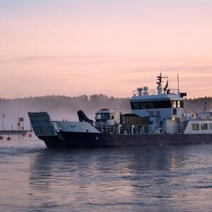 Förbindelsebåten Falkö en dimmig höstmorgon