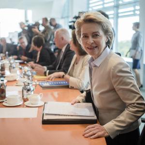 Den tyska försvarsministern Ursula von der Leyen sätter sig vid den tyska regeringens möte, där beslut fattades om att dra tillbaka trupperna från Incirlik i Turkiet.